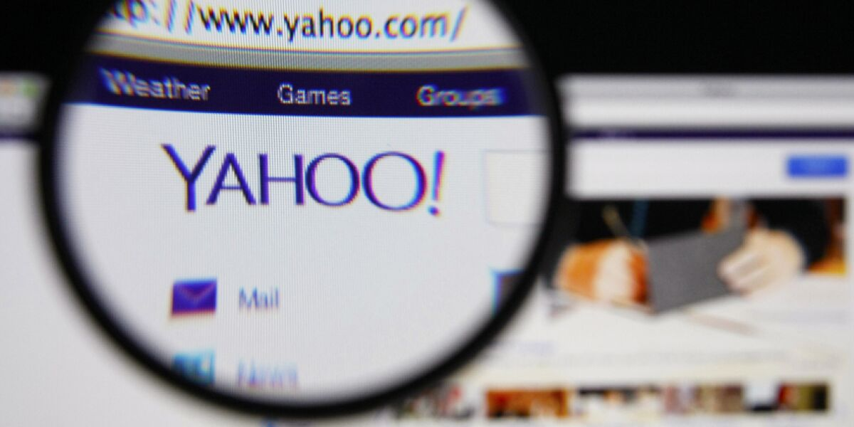Website von Yahoo durch eine Lupe