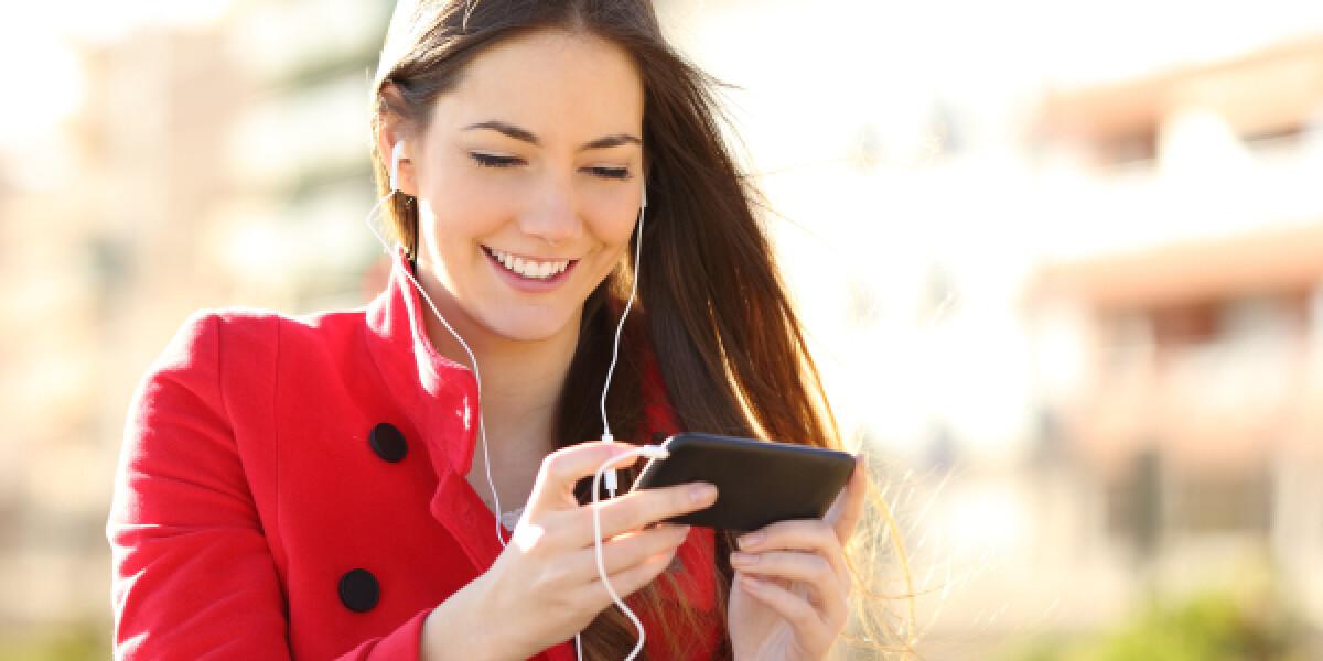 Frau sieht Video auf Smartphone