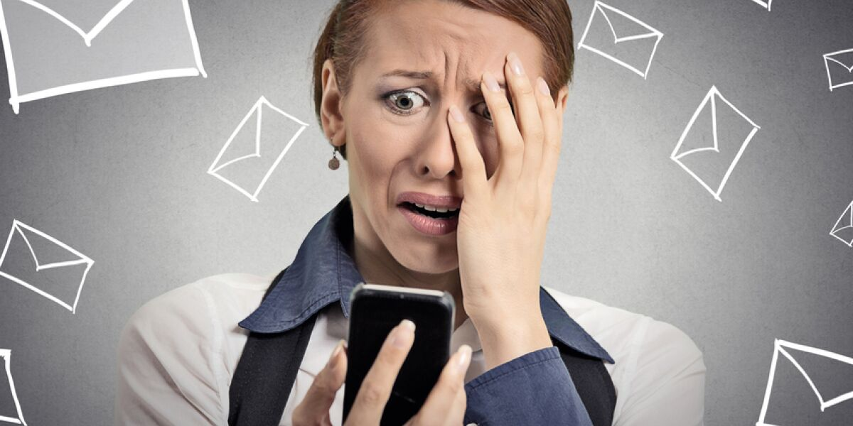 Frau hat Angst vor Mails