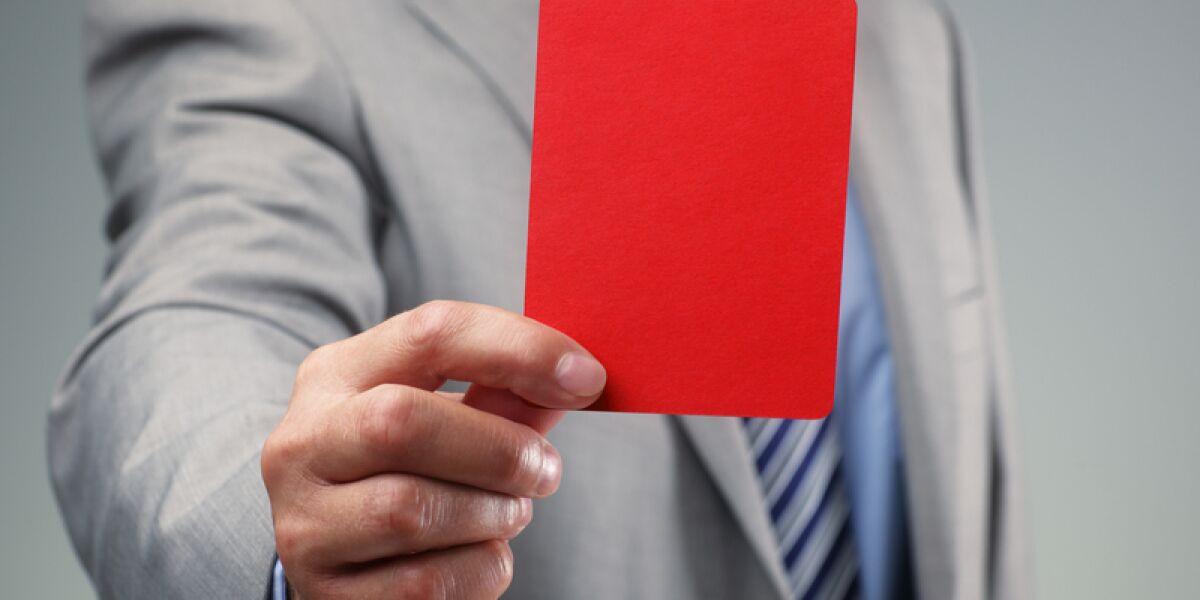 Mann hält rote Karte