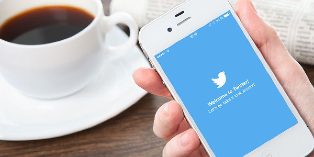 Hand hält Smartphone mit Twitter App