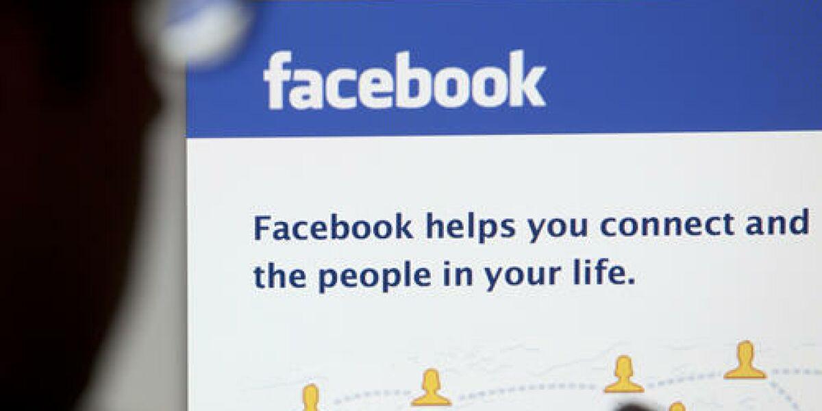 Mann am Pc vor Facebook-Startseite