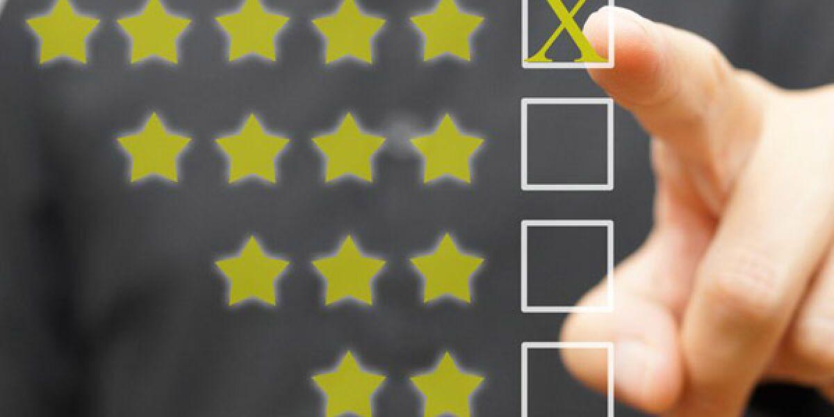 Mann klickt auf fünf Sterne