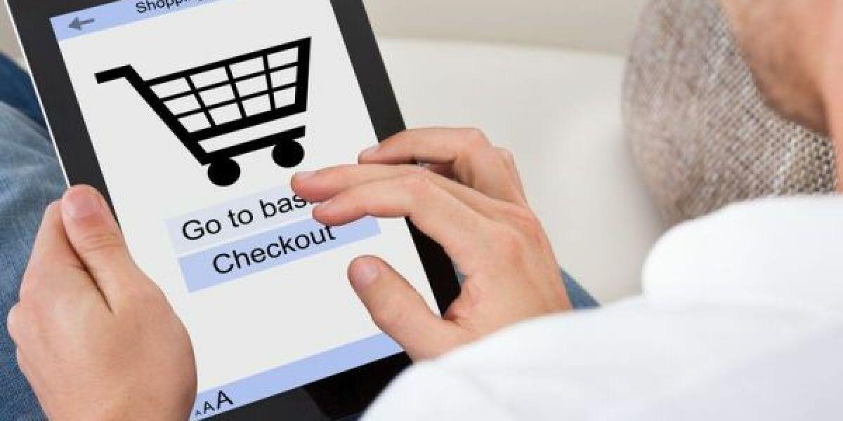 Mann bei Shopping mit Tablet