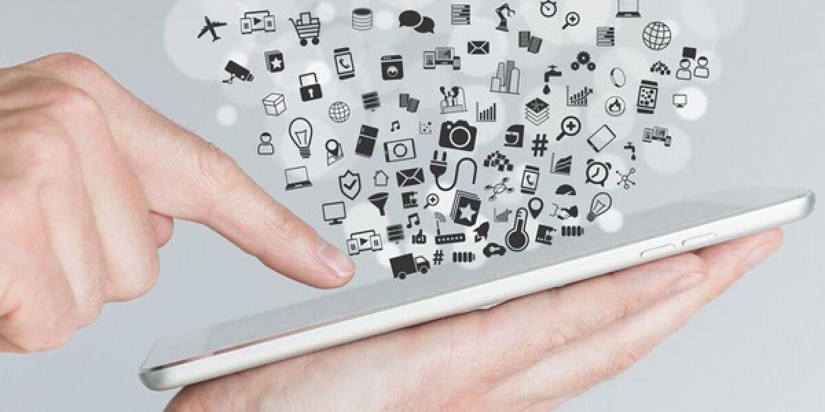 Hand mit Tablet und Apps