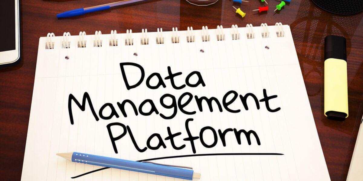 Schreibtisch mit Block auf dem Data Management Platform steht