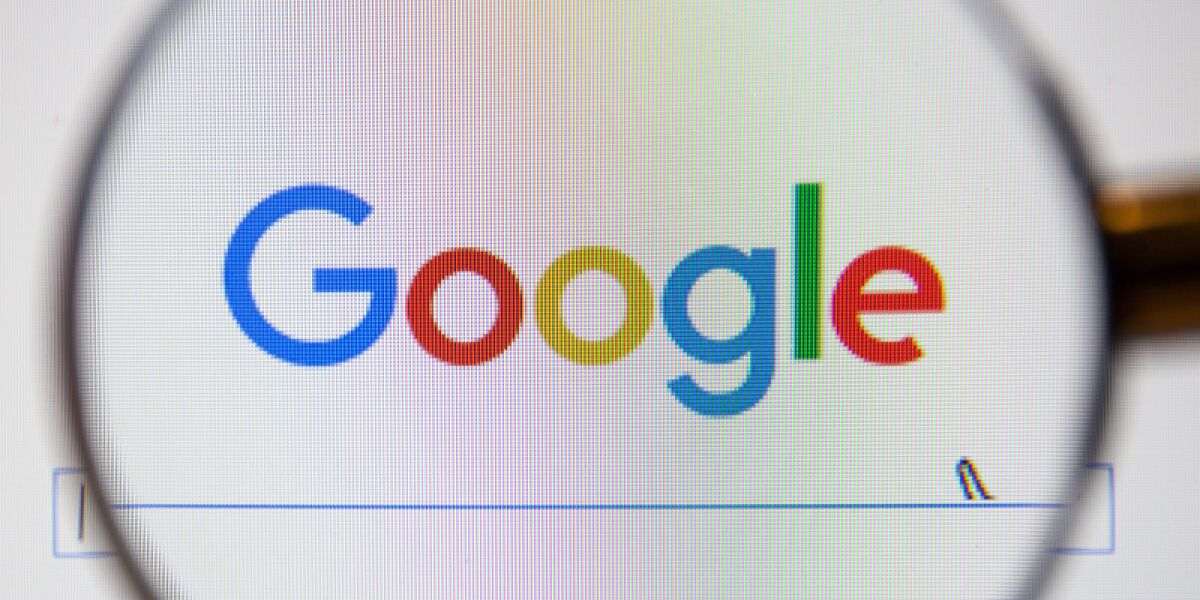 Google-Webseite mit Lupe