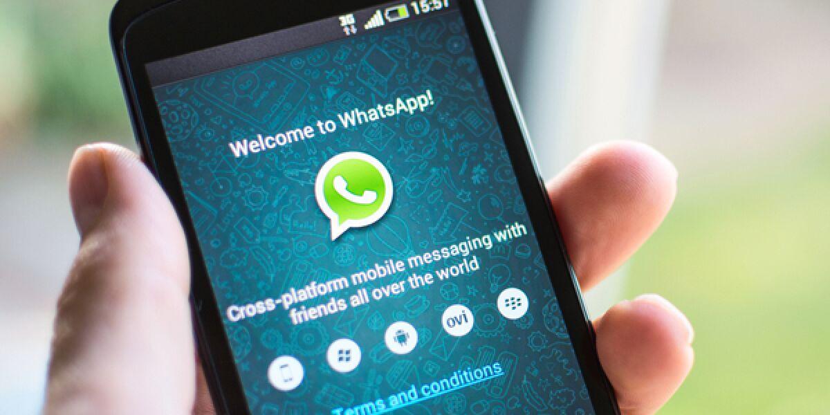 WhatsApp als App geöffnet auf Smartphone in der Hand