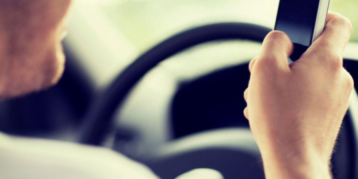 Autofahrer mit Smartphone