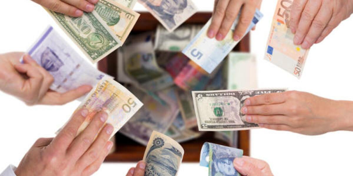 Händ legen Geld in Topf