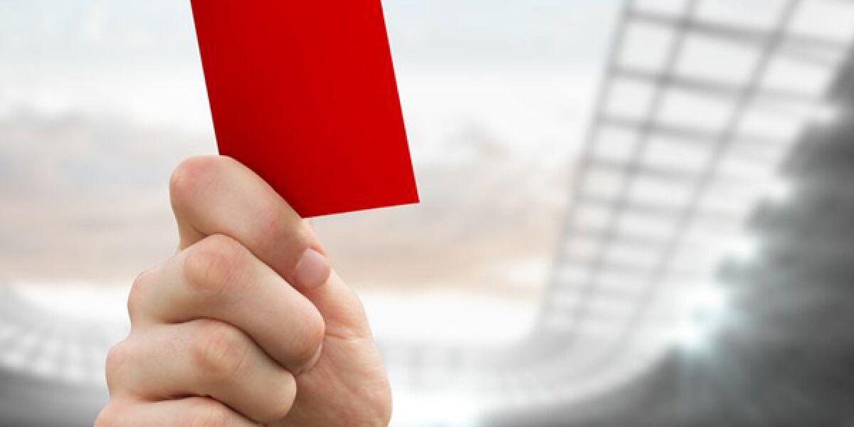 Hand hält rote Karte