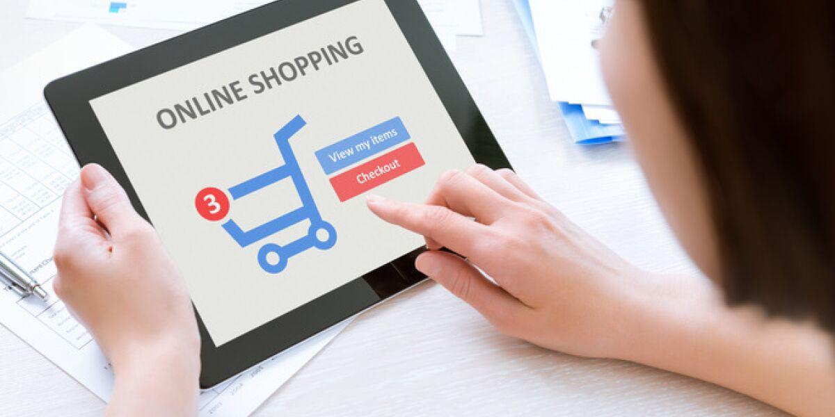 Frau shoppt auf Tablet im Internet