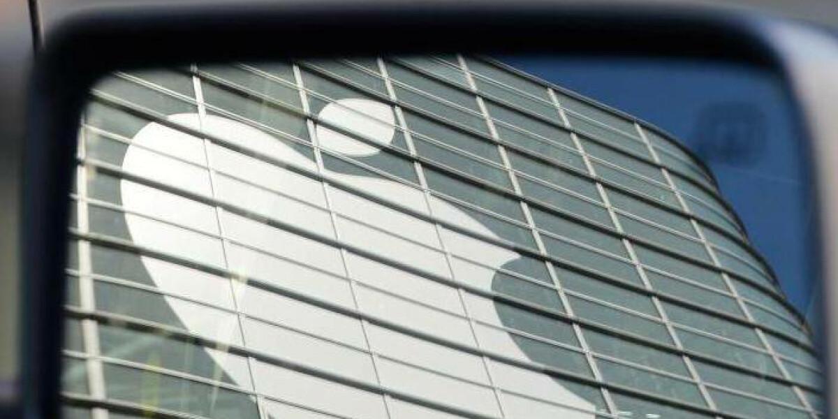 Apple Logo im Rückspiegel