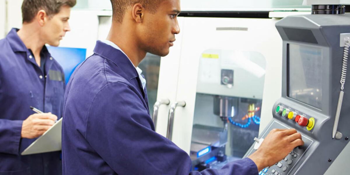 Zwei Männer an Computer in Maschinenraum