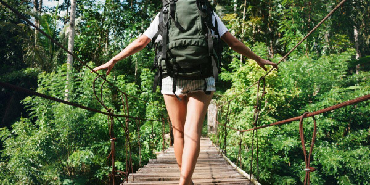 Frau-wandert-im-Dschungel
