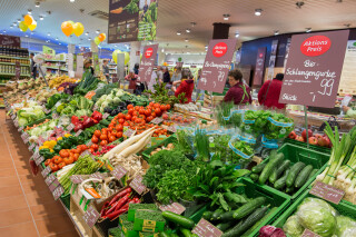 Alnatura Filiale mit frischem Obst und Gemüse