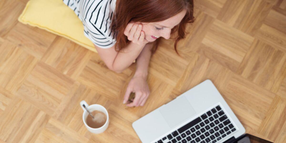 Frau schaut Video auf Macbook
