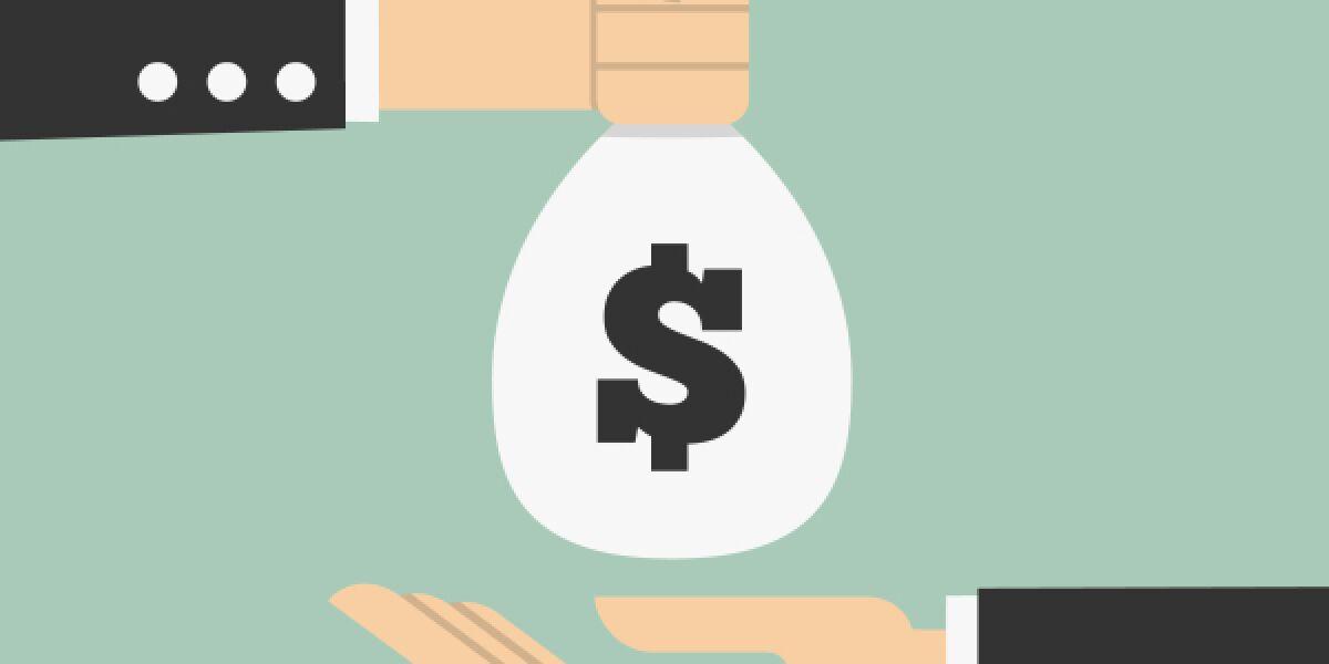 Eine Hand gibt Geldsack in eine andere Hand