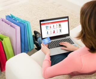 Frau shoppt online