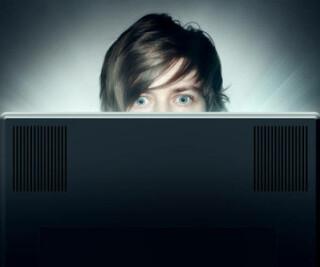 Mann schaut auf einen Bildschirm