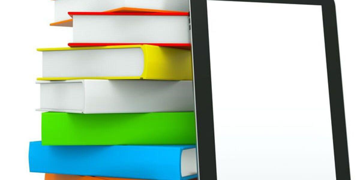 Buchstapel und E-Reader