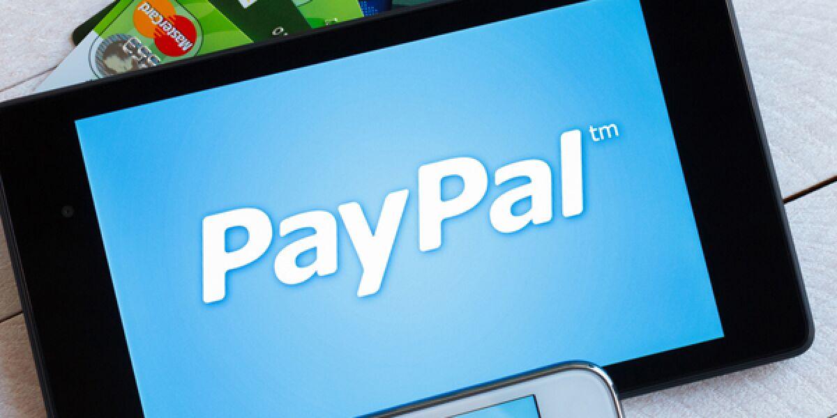 Paypal App auf einem Tbalt und einem Smartphone