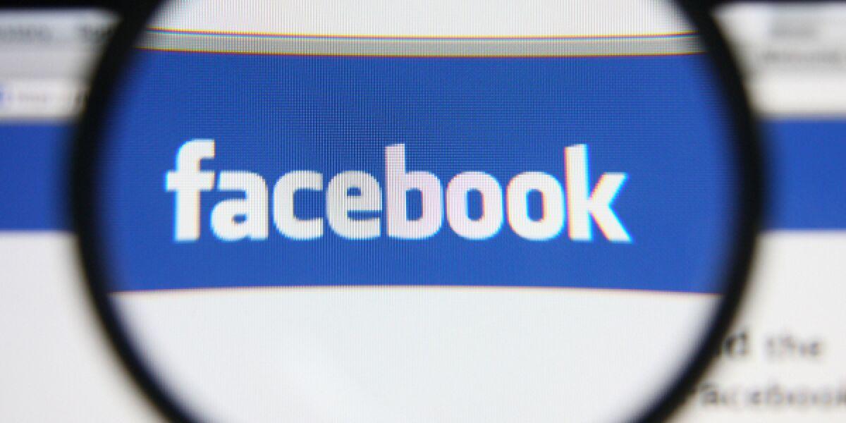 Website von Facebook durch eine Lupe