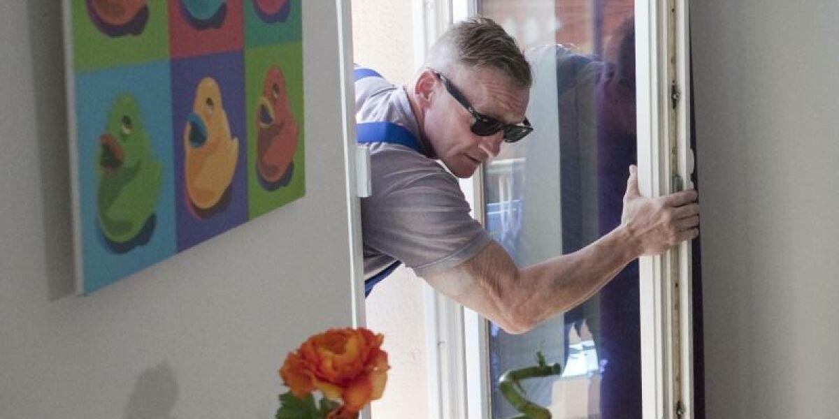 Einbrecher steigt in Haus ein