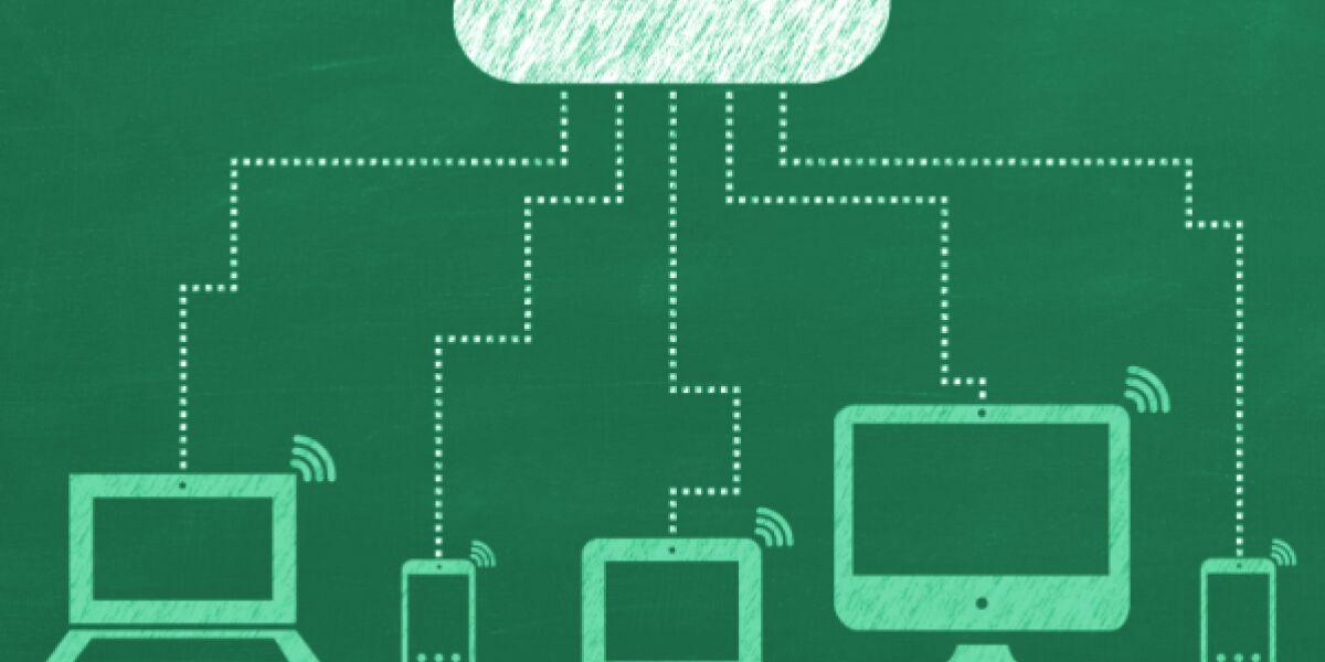 Cloud verbunden mit PC, Smartphone, Tablet und Desktop