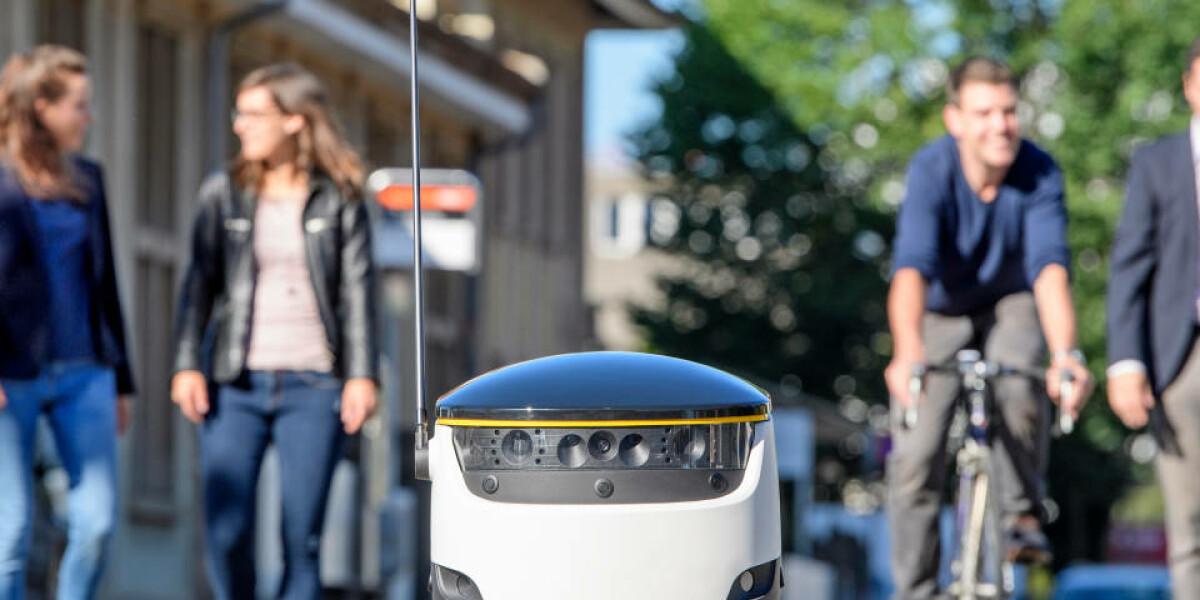 Lieferroboter Schweizerische Post fährt vor Menschen