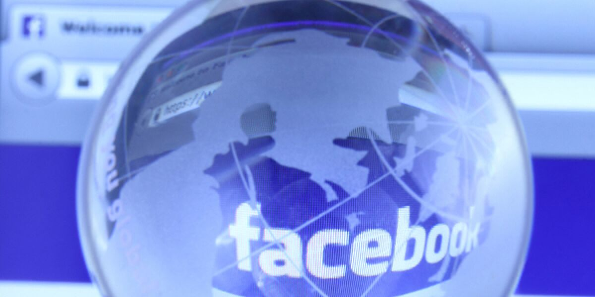 Facebook-Logo unter der Lupe