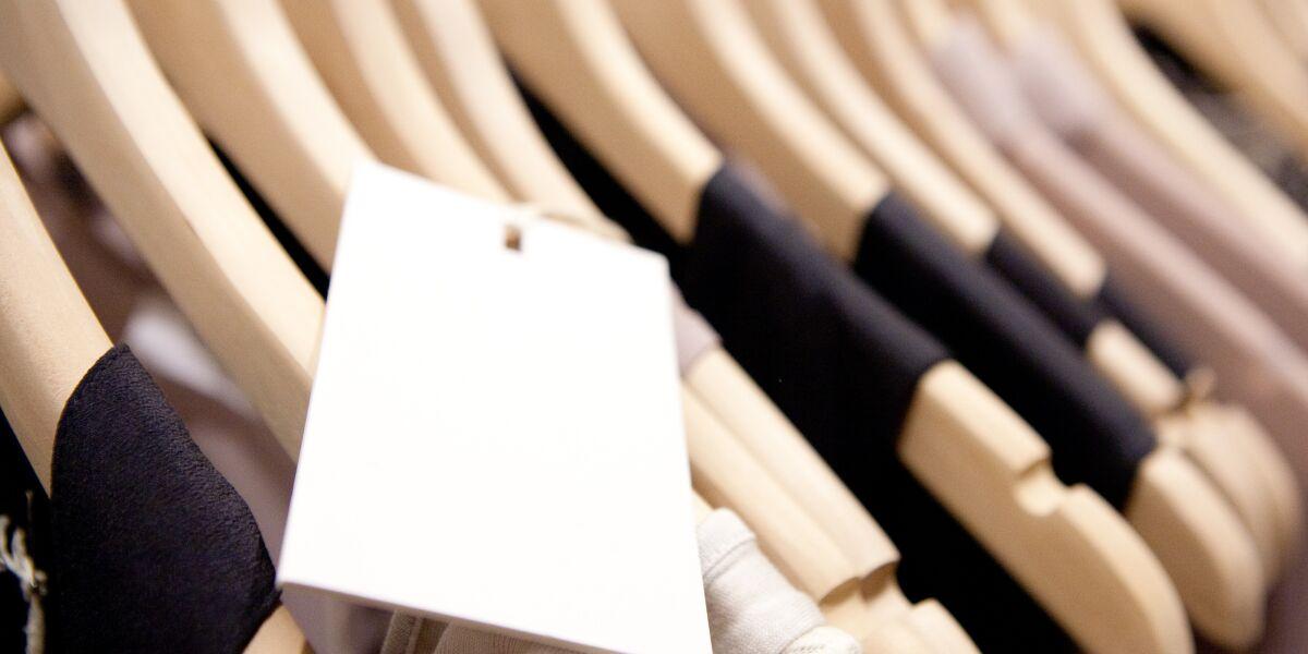 Kleider auf Kleiderbügeln