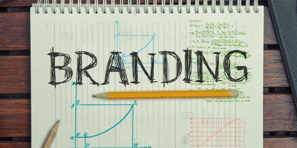Block-mit-Schriftzug-Branding