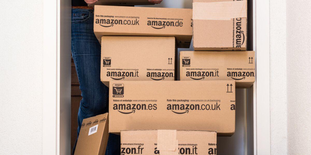 Amazon Pakete auf einem Stapel