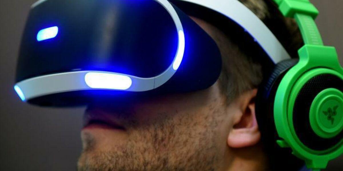 mann trägt VR-Brille