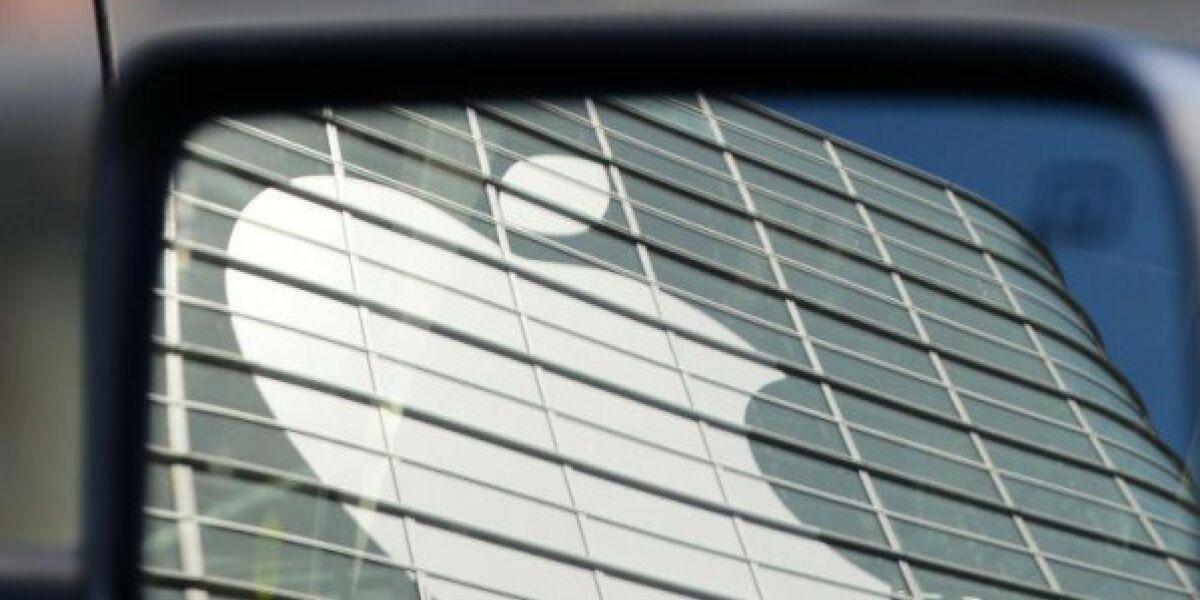 Apple-Logo im Rückspiegel