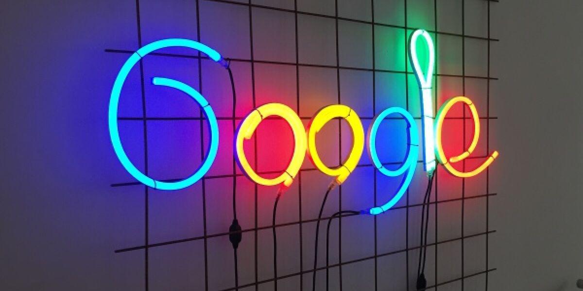 Ein leuchtendes Google-Logo