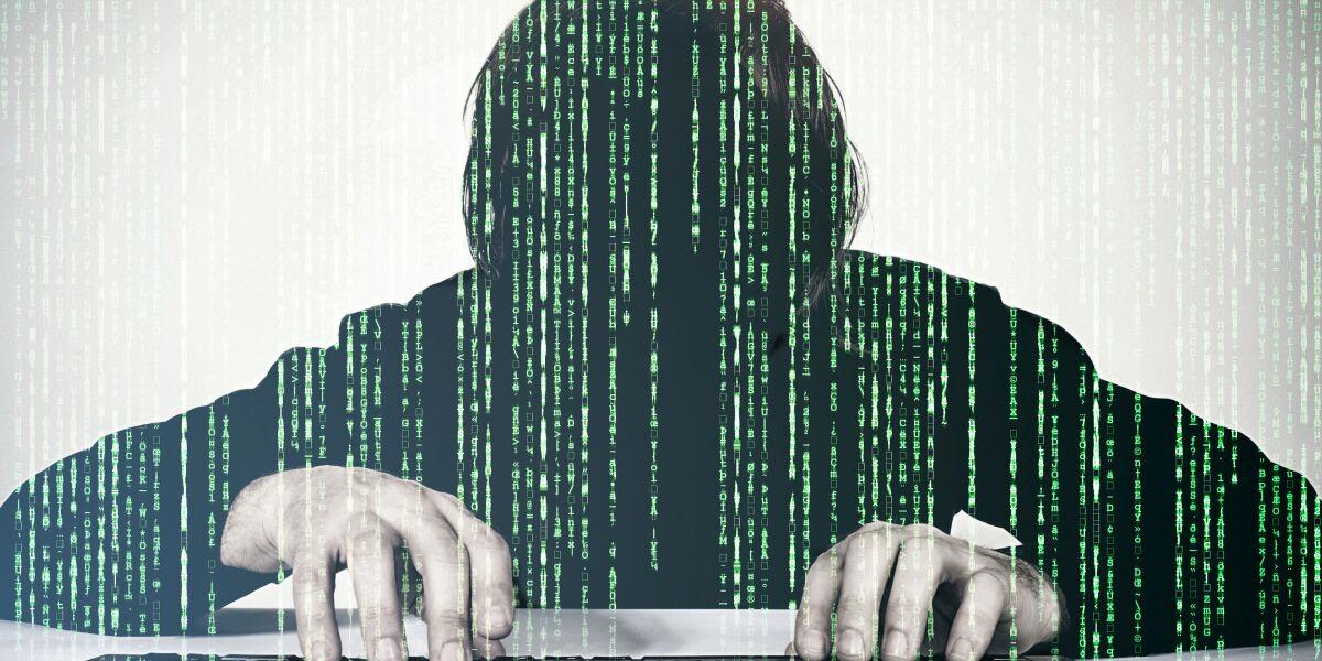 Hacker tippt auf der Tastatur