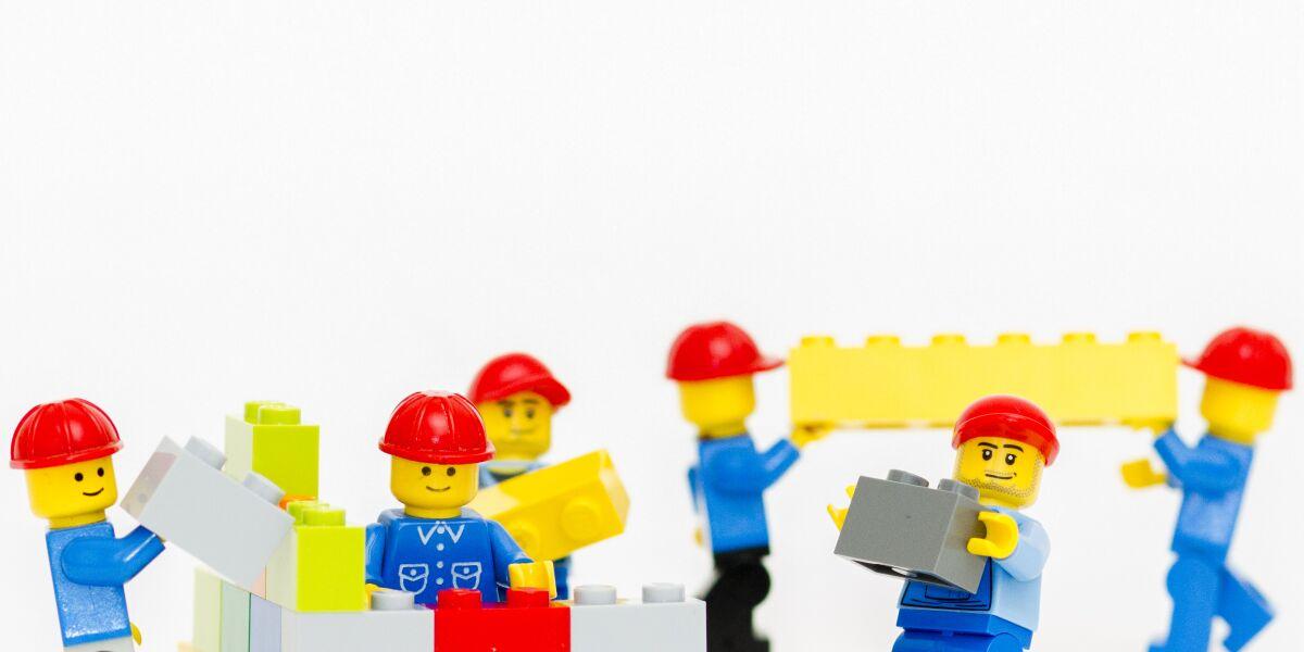 Microservices-Lego-Maennchen-mit-Bausteinen