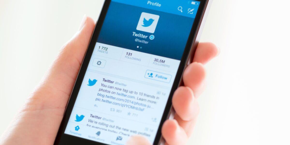 Hand mit Twitter handy
