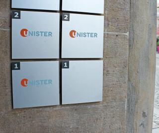 Unister Logo auf einem Schild