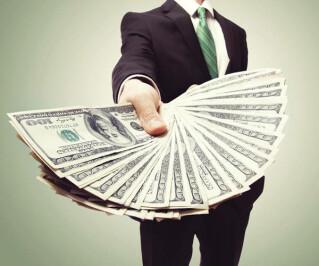 Mann hält Geldscheine