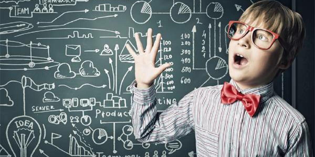 Junge staunt über Formeln