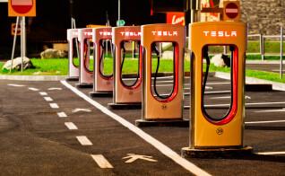Fünf Supercharger von Tesla