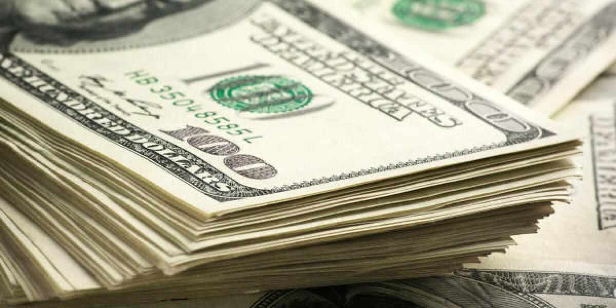 Ein Stapel an 100-Dollar-Scheinen