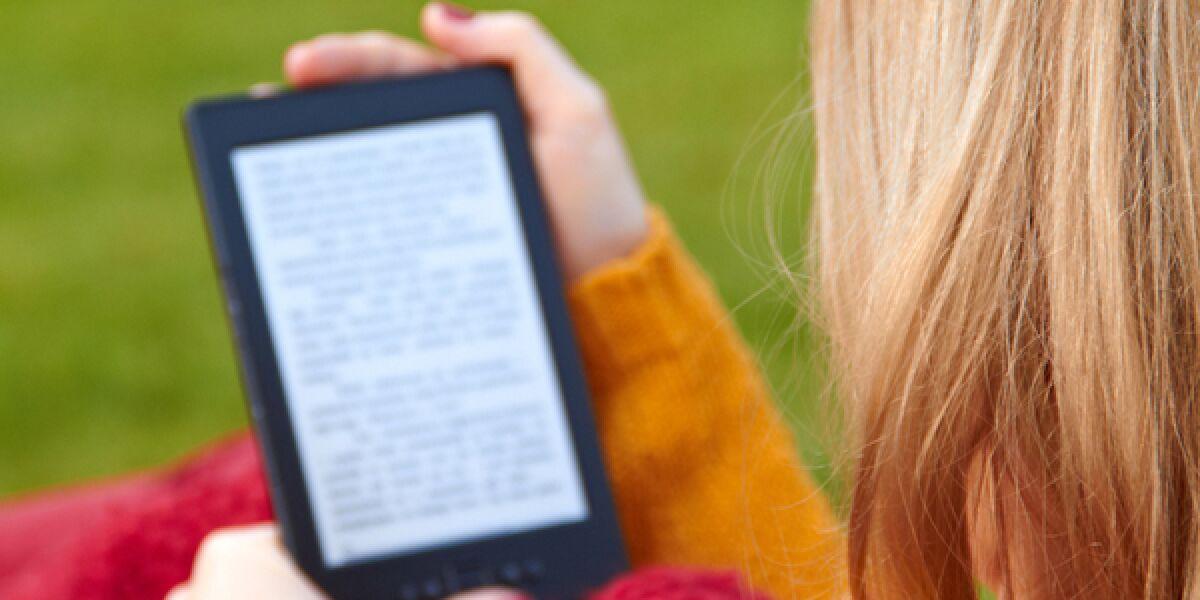 Frau liest in einem E-Book