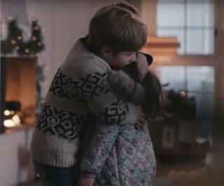 Junge umarmt ein kleines Mädchen