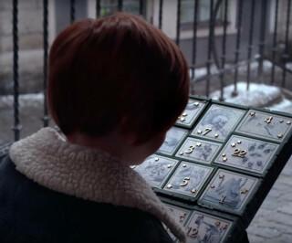Junge mit einem Adventskalender