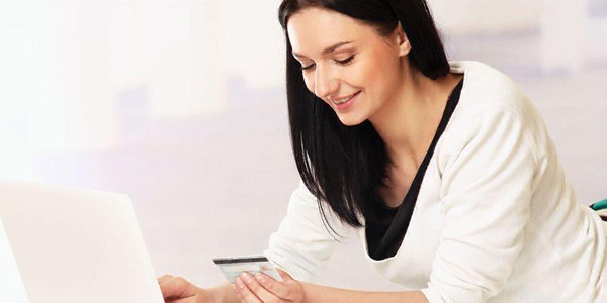 Frau bezahlt ihren Online-Einkauf