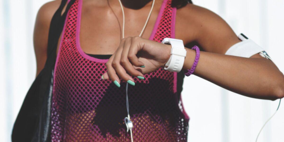 Frau trägt Fitness-Armband